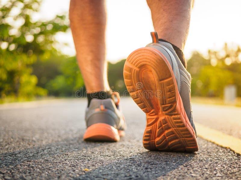 Le mode de vie sain folâtre des jambes d'homme fonctionnant et marchant tandis qu'exercice images stock