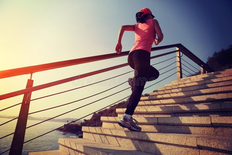 Le mode de vie sain folâtre la femme courant sur les escaliers en pierre photographie stock libre de droits
