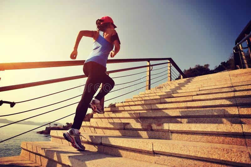 Le mode de vie sain folâtre la femme courant sur les escaliers en pierre photo stock