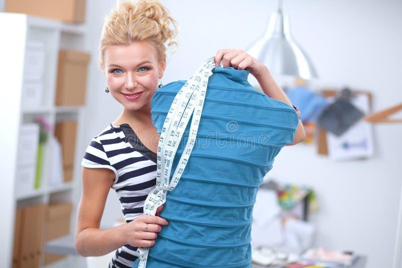 Le modeformgivaren som står den near skyltdockan arkivfoton