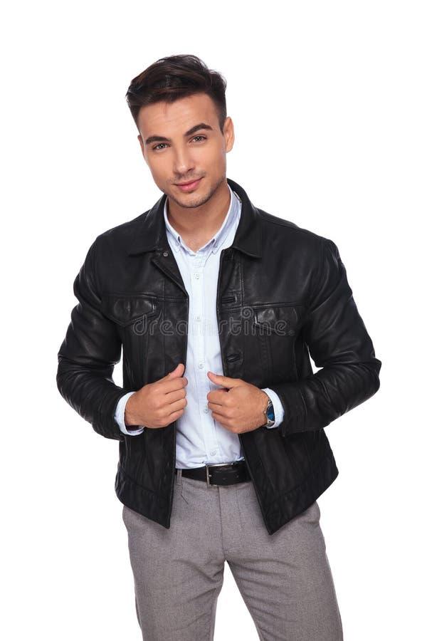 Le modemannen som bär svarta ställningar för läderomslag arkivfoto