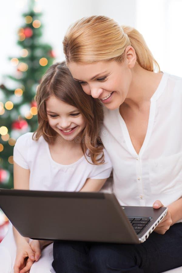 Le moder- och liten flickabärbar datordatoren royaltyfri fotografi
