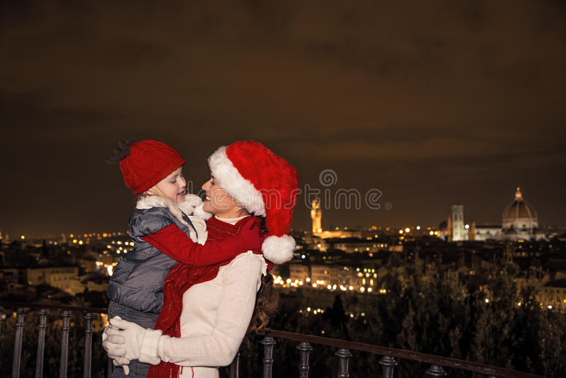 Le modern och barnet i julhattar, i Florence att omfamna fotografering för bildbyråer