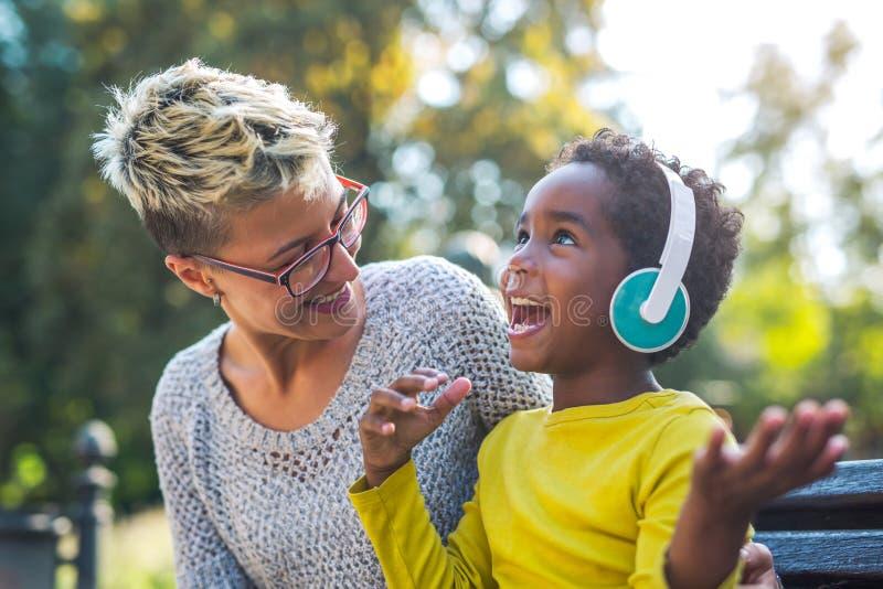 Le modern och den lilla dottern som har gyckel arkivfoton