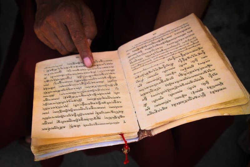 Le moine bouddhiste lit des scriptures, Katmandou, Népal images stock