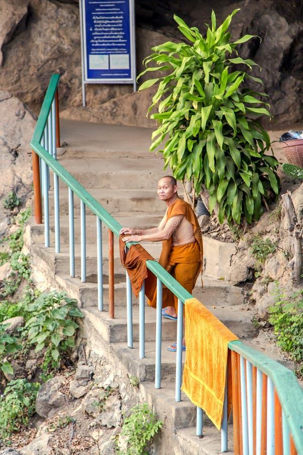 Le moine bouddhiste répand les vêtements humides en Tiger Temple image libre de droits