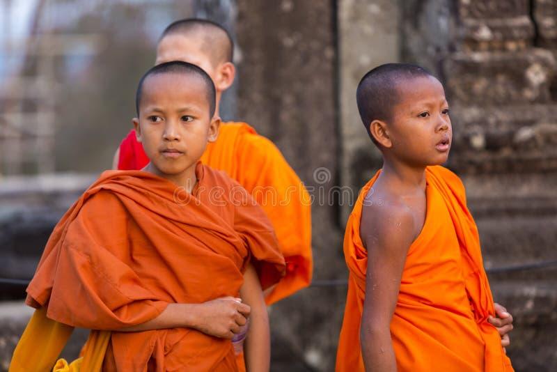 Le moine cambodgien badine dans Angkor avec les vêtements traditionnels oranges photo stock
