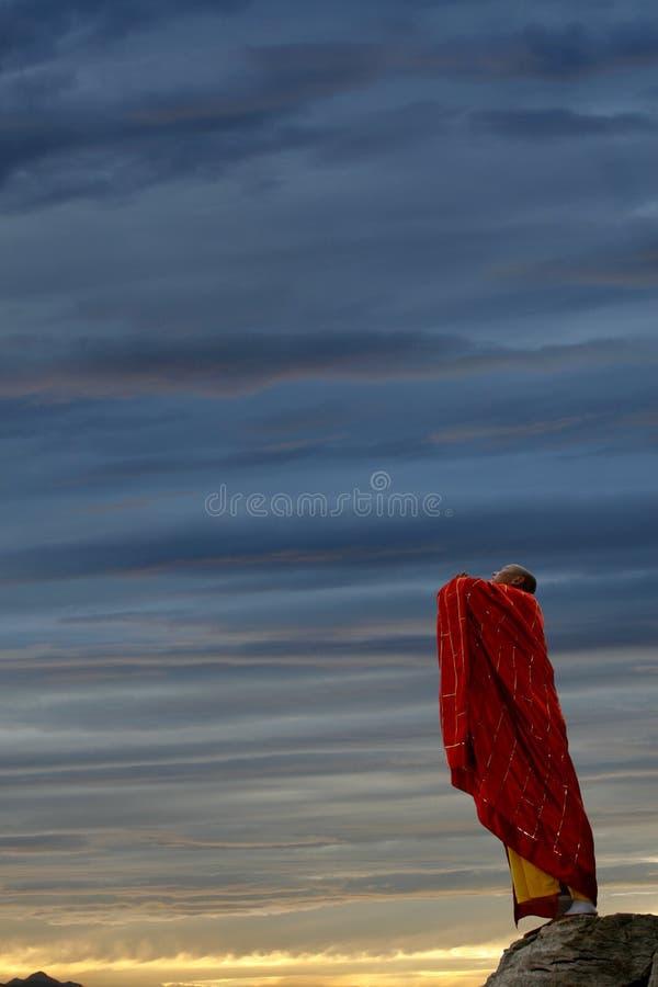 Le moine dans la prière au ciel. photo stock