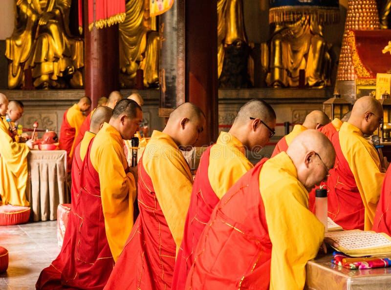 Le moine dans le temple jinshan photos libres de droits