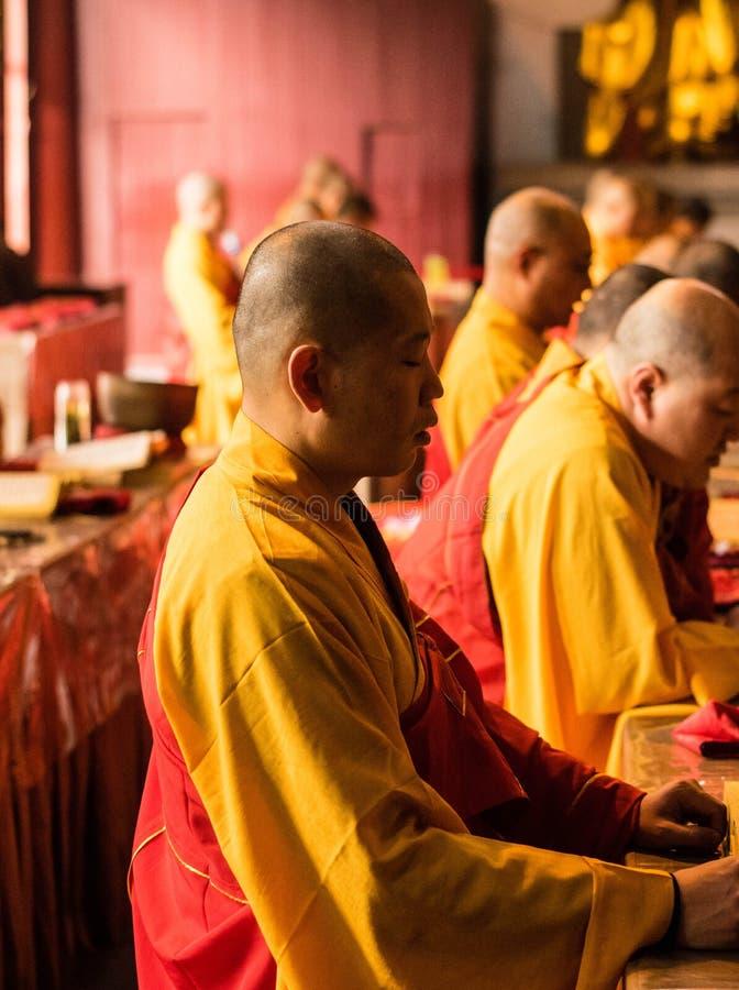 Le moine dans le temple jinshan images libres de droits