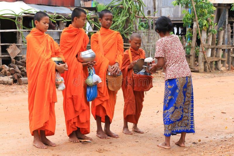Le moine du Cambodge porte la robe orange images libres de droits