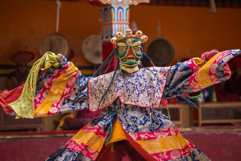 Le moine non identifié dans le masque exécutent une danse masquée et costumée religieuse de mystère photographie stock libre de droits