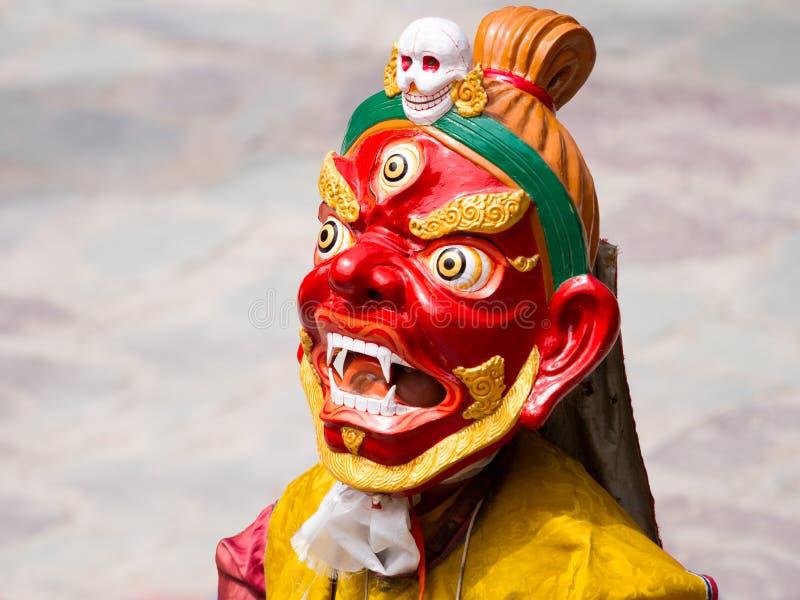 Le moine non identifié exécute une danse masquée et costumée religieuse de mystère de bouddhisme tibétain image libre de droits