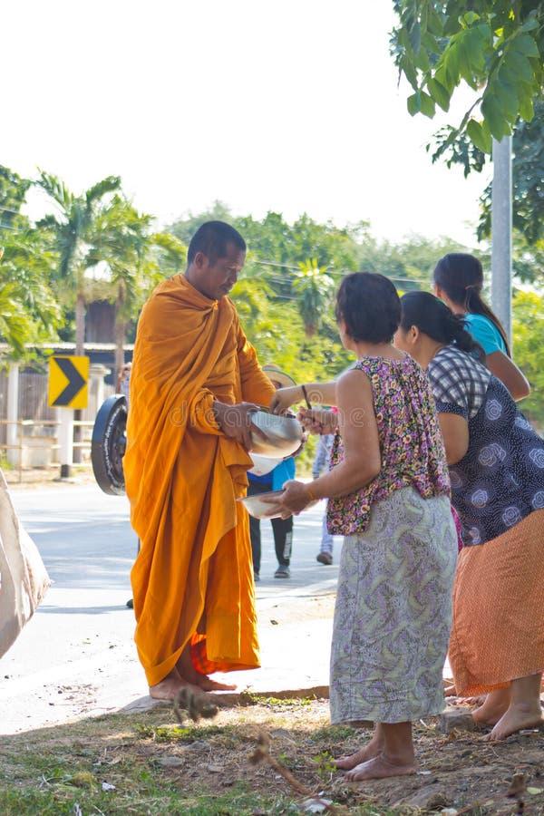 Le moine va sur un aumône-rond photographie stock libre de droits