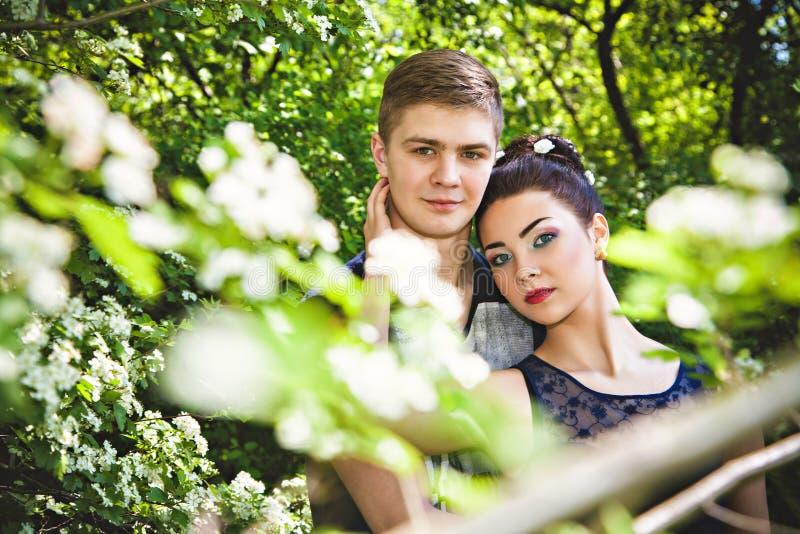 Le moment de l 39 amour entre l 39 homme et la femme en parc image stock image du amour plaisir - Amour entre femme et homme dans le lit ...
