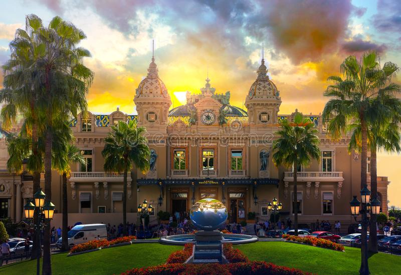 Le Monaco, Monte Carlo, le casino grand Monte Carlo au coucher du soleil photos stock