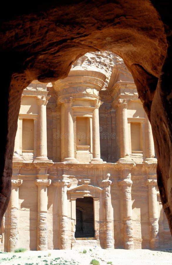 Le monastère d'Al-Deir dans les montagnes de PETRA, Jordanie, encadrée par les roches d'une caverne photos libres de droits