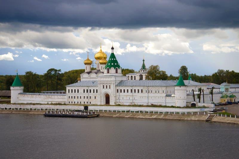 Le monastère d'Ipatievsky de trinité sainte sous un ciel orageux Kostroma, Russie image stock