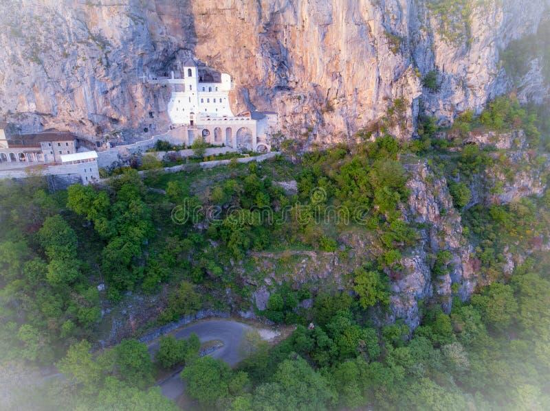 Le monast?re d'Ostrog est un monast?re de l'?glise orthodoxe serbe plac?e contre une roche presque verticale d'Ostroska Greda photos stock