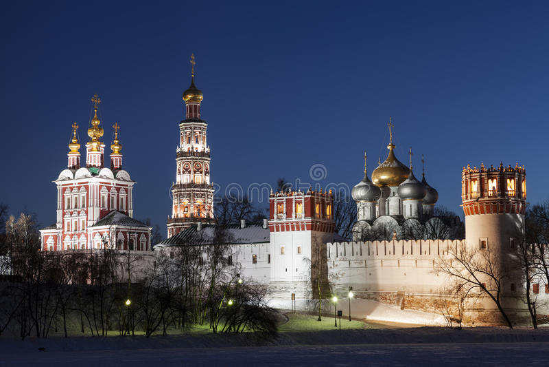 Le monastère des femmes de Novodevichy la nuit photographie stock