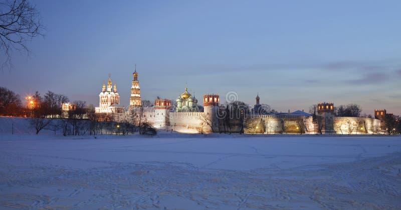 Le monastère des femmes de Novodevichy la nuit. Moscou photographie stock libre de droits