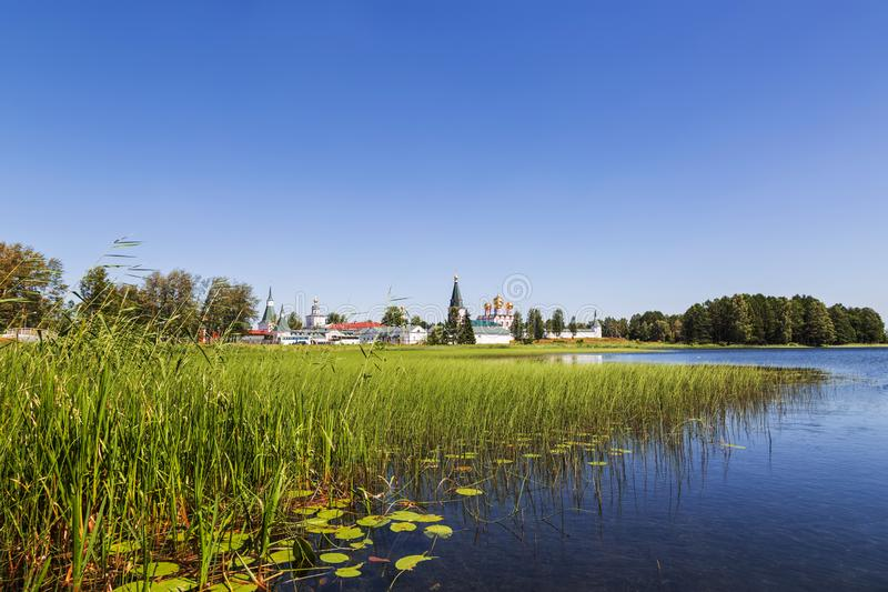 Le monastère orthodoxe svyatoozersky de Valdai Iversky Bogoroditsky sur l'île dans le lac Valdaysky Secteur de Valdaysky, Novgoro photographie stock
