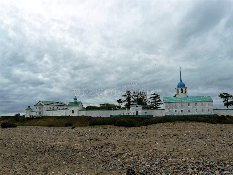 Le monastère sur la côte images stock