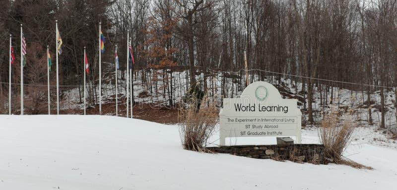 Le monde apprenant le signe à l'avant de leur Brattleboro, Vermont siège image stock