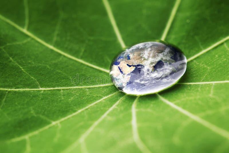 Le monde dans une goutte de l'eau image libre de droits