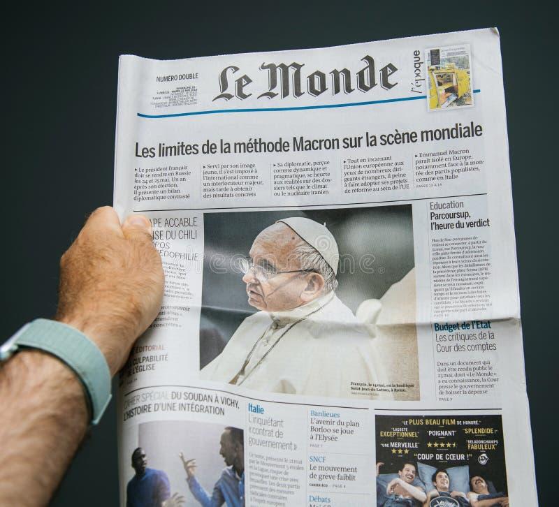 Le Mondetidningstidskrift som presenterar påven Francis royaltyfri bild