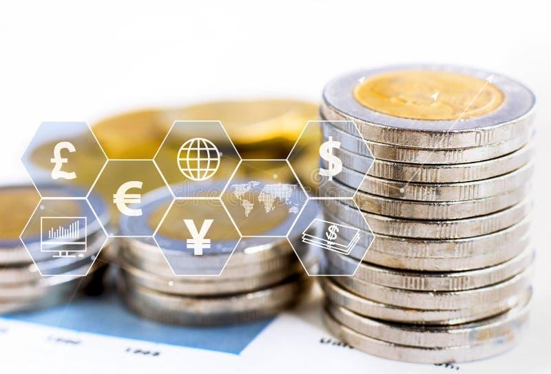 Le monete impilano con l'icona virtuale sulla tavola Il concetto di commercio mondiale finanziario o di crescita, di affari royalty illustrazione gratis