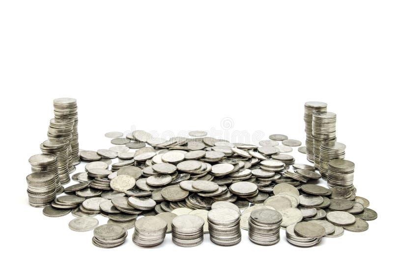 Le monete impilano isolato sul fuoco selettivo del fondo bianco immagine stock libera da diritti