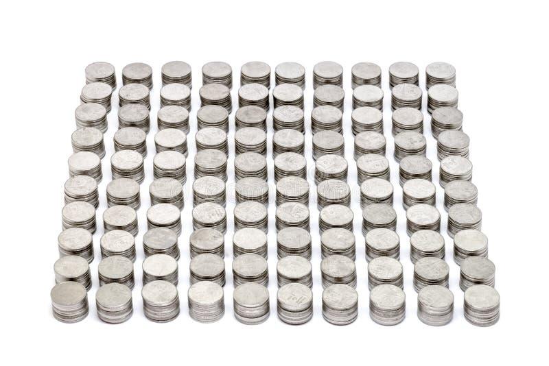 Le monete impilano l'insieme che dorato ogni 10 monete hanno isolato su fondo bianco Fuoco selettivo immagini stock