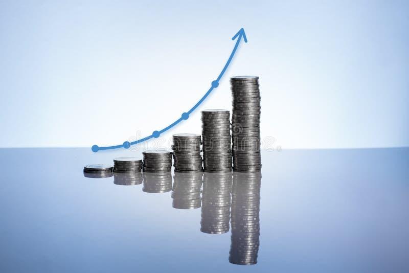 Le monete rappresentano graficamente su superficie con la riflessione immagine stock