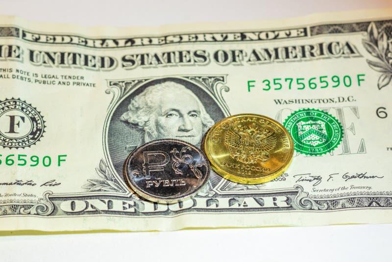 Le monete russe sono su una banconota in dollari fotografie stock libere da diritti