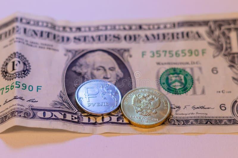 Le monete russe sono su una banconota in dollari fotografie stock