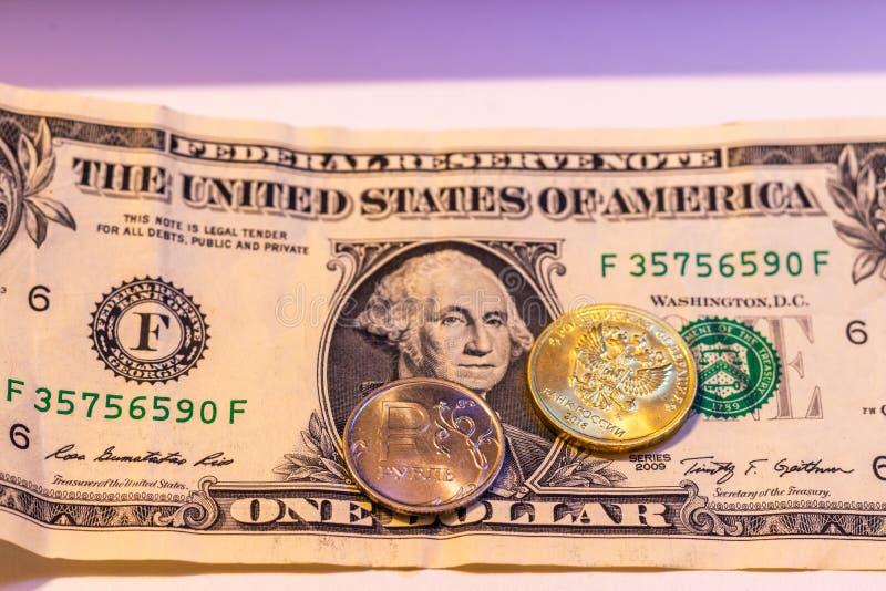 Le monete russe sono su una banconota in dollari immagini stock