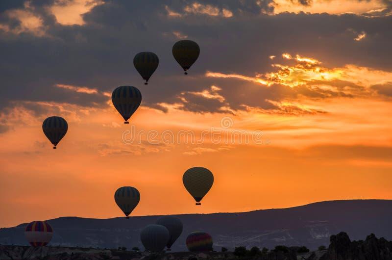 Le mongolfiere decollano all'alba sopra Cappadocia, Goreme, Turchia fotografia stock