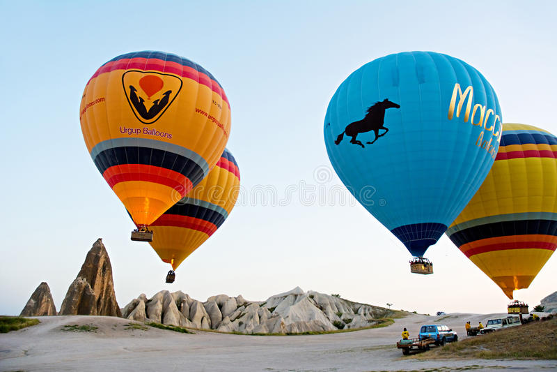 Le mongolfiere decollano in Goreme, Cappadocia, Turchia immagine stock libera da diritti