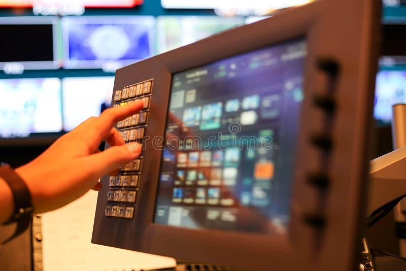 Le moniteur d'écran tactile du changeur se boutonne dans la chaîne de télévision de studio, A images stock