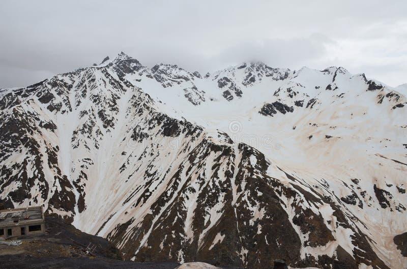 Le mont Elbrouz après la tempête de sable Caucase du nord, Russie image libre de droits