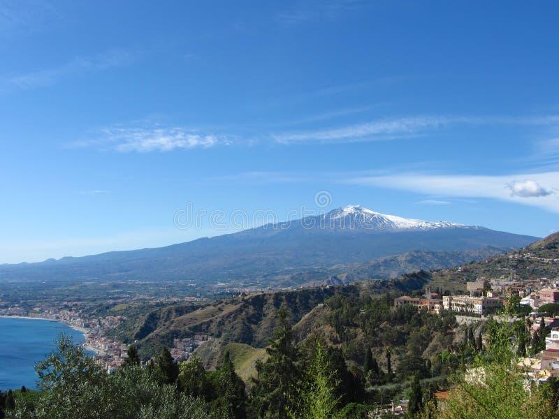 Le mont Etna à travers la vallée de Taormina photo stock
