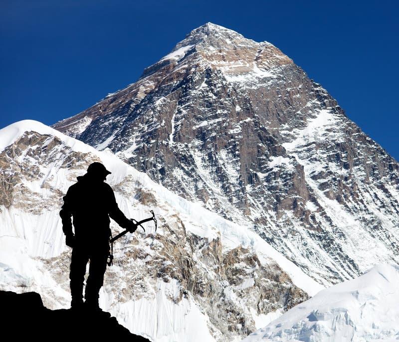 Le mont Everest de Kala Patthar et de la silhouette de l'homme photographie stock libre de droits