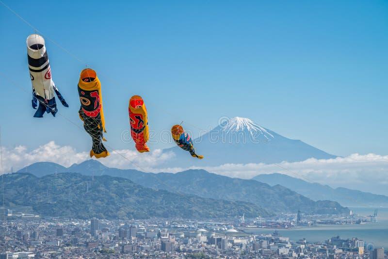 Le mont Fuji avec la carpe de drapeau images stock