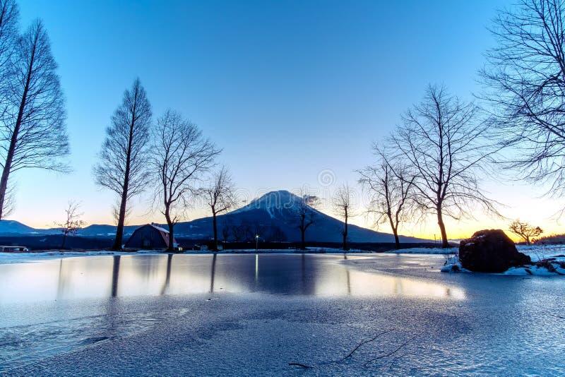 Le mont Fuji avec la hausse du soleil au terrain de camping de FumoToppara en hiver photos stock