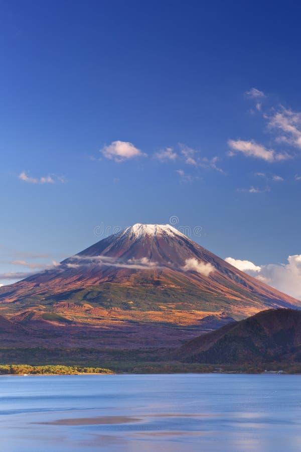 Le mont Fuji et lac Motosu, Japon un après-midi clair images libres de droits