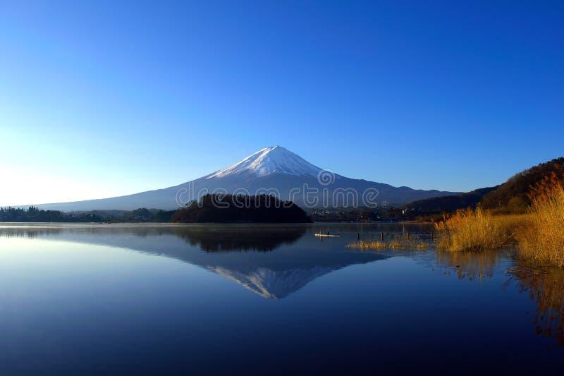 Le mont Fuji pendant le début de la matinée sur un ciel bleu de ` Japon de Kawaguchiko de ` de lac image libre de droits
