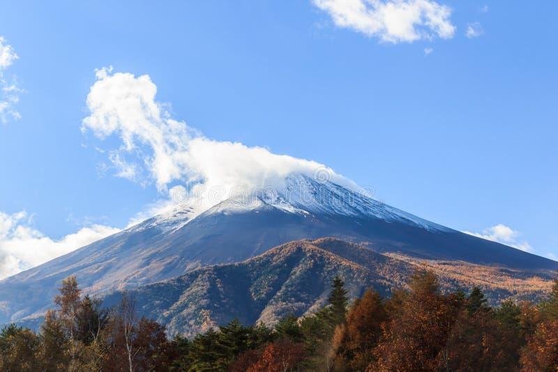 Le mont Fuji, situé sur l'île de Honshu photographie stock