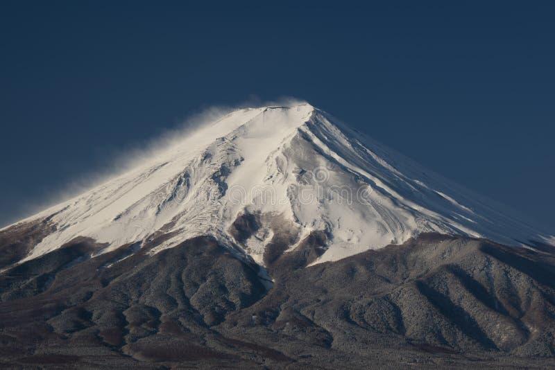 Le mont Fuji sur le plan rapproché avec une ville ci-dessous, le Japon photos libres de droits