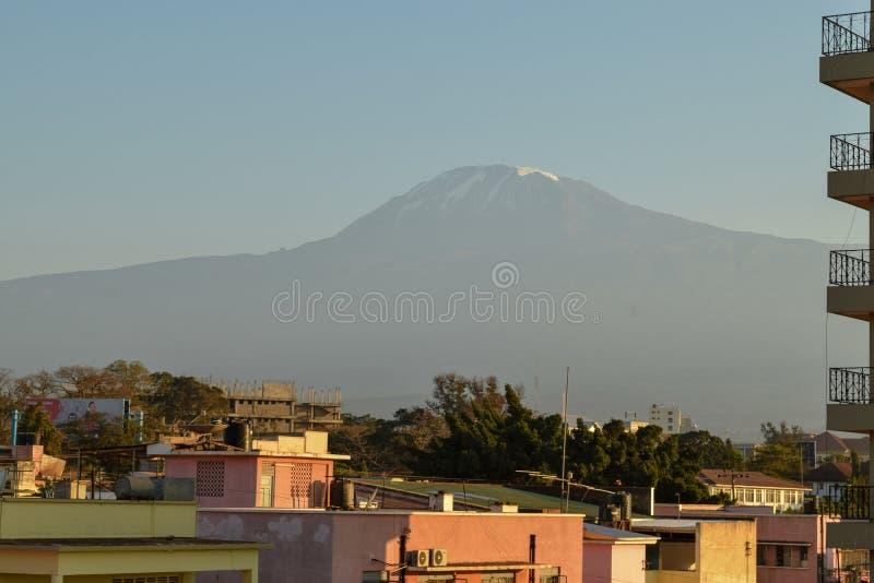Le mont Kilimandjaro vu de la ville de Moshi, Tanzanie photographie stock